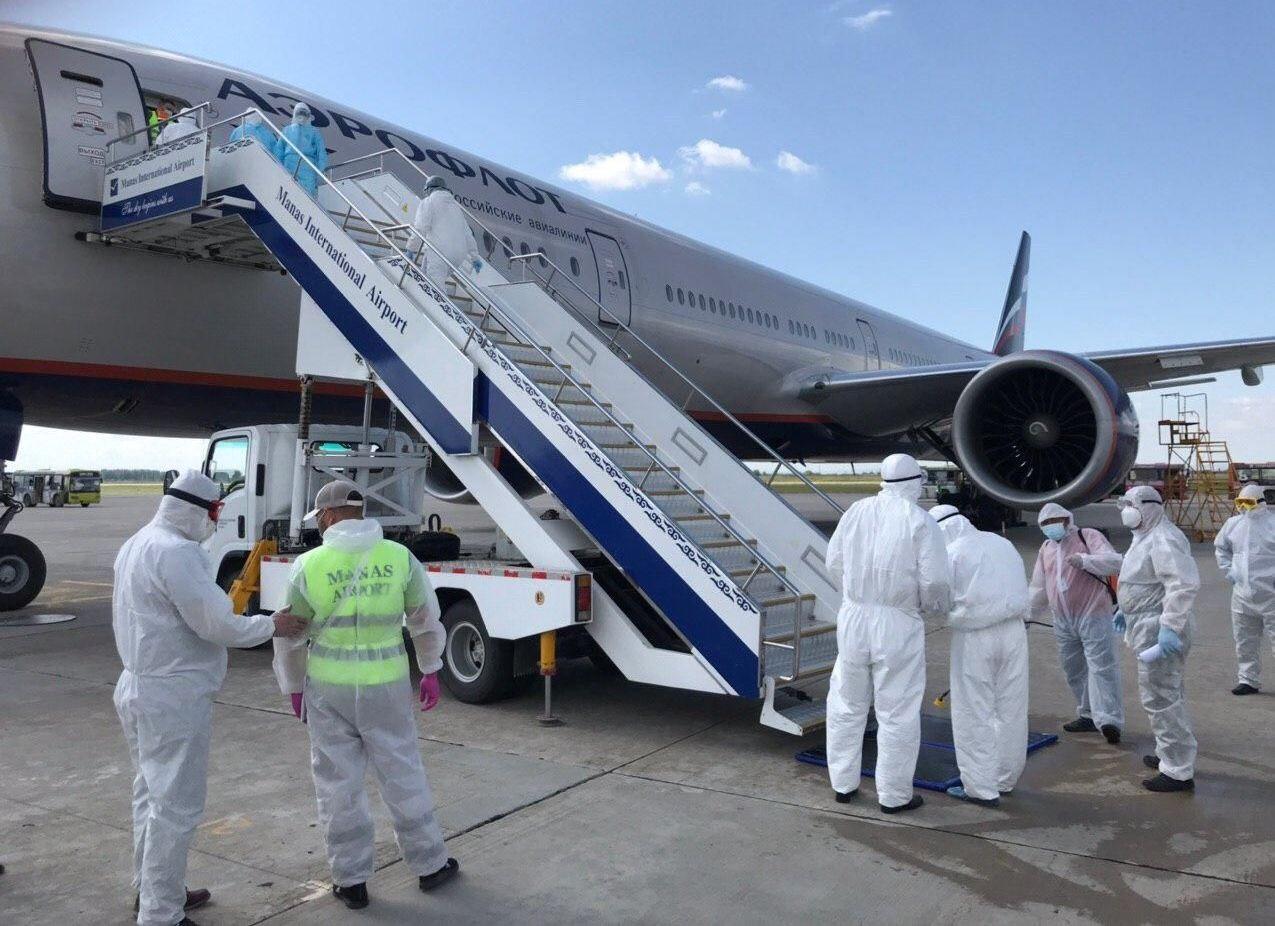 Прилет чартерного рейса Москва — Бишкек, в котором были доставлены 378 кыргызстанцев