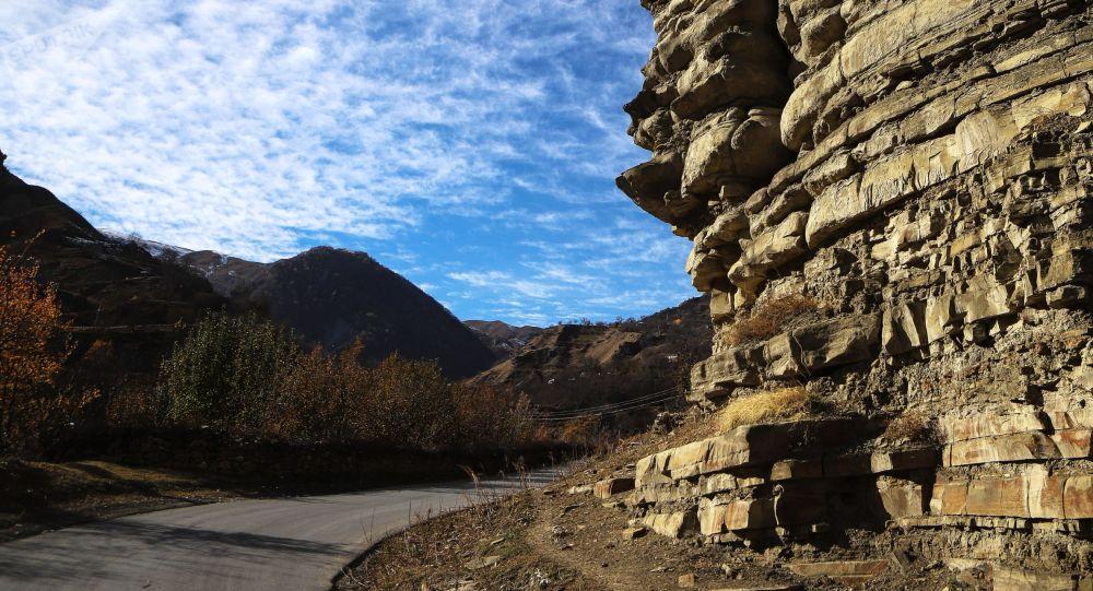 Скала вдоль дороги. Архивное фото