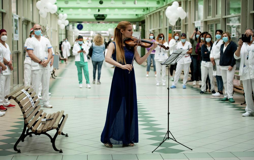 Итальянская скрипачка Фиамма Флавия Паолуччи выступает в больнице Tor Vergata в Риме 12 мая 2020 года