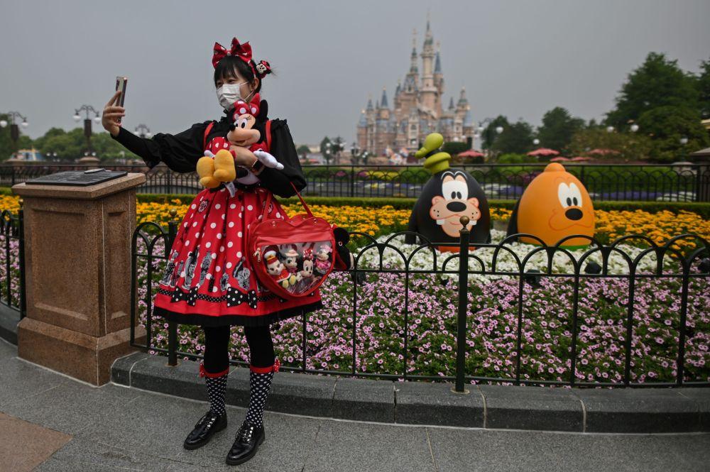 В начале недели в Шанхае открыл двери для посетителей Диснейленд. Крупнейших парк развлечений был закрыт на карантин последние три месяца.