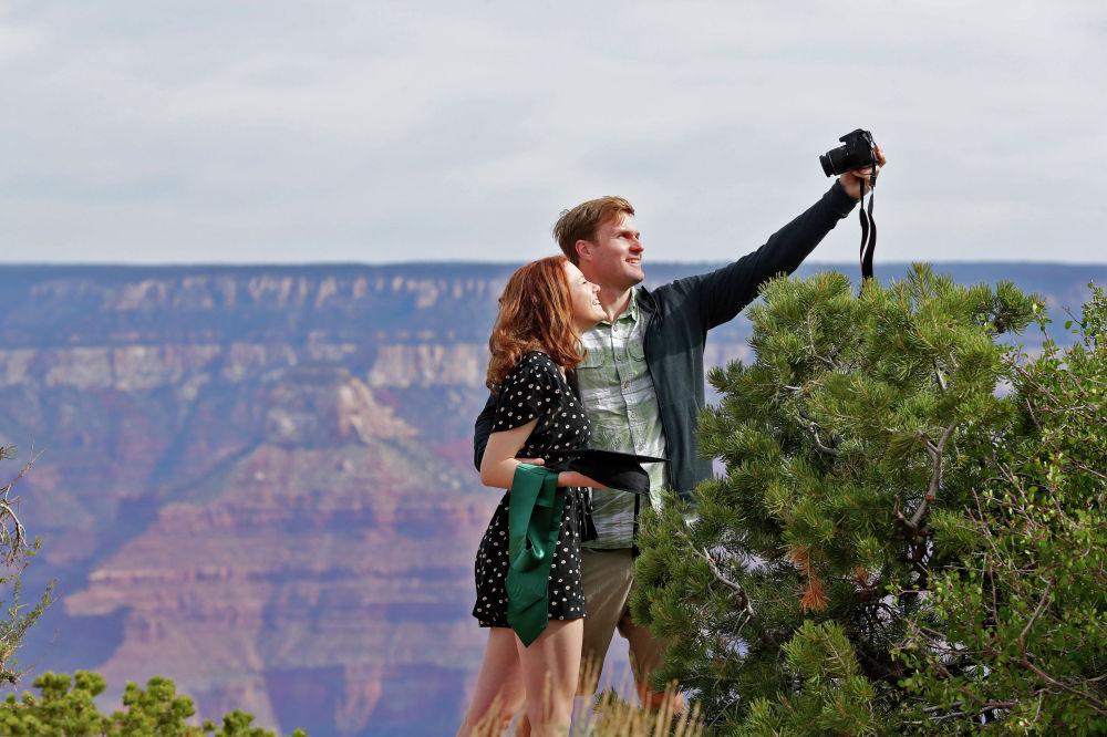 Недавний выпускник Университета Бэйлор Кэди Малаховски фотографируется с Эндрю Финком в Гранд-Каньоне в пятницу, 15 мая 2020 года, в Гранд-Каньоне, штат Аризона