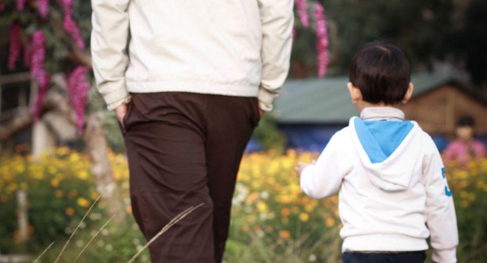 Мужчина гуляет с сыном. Архивное фото