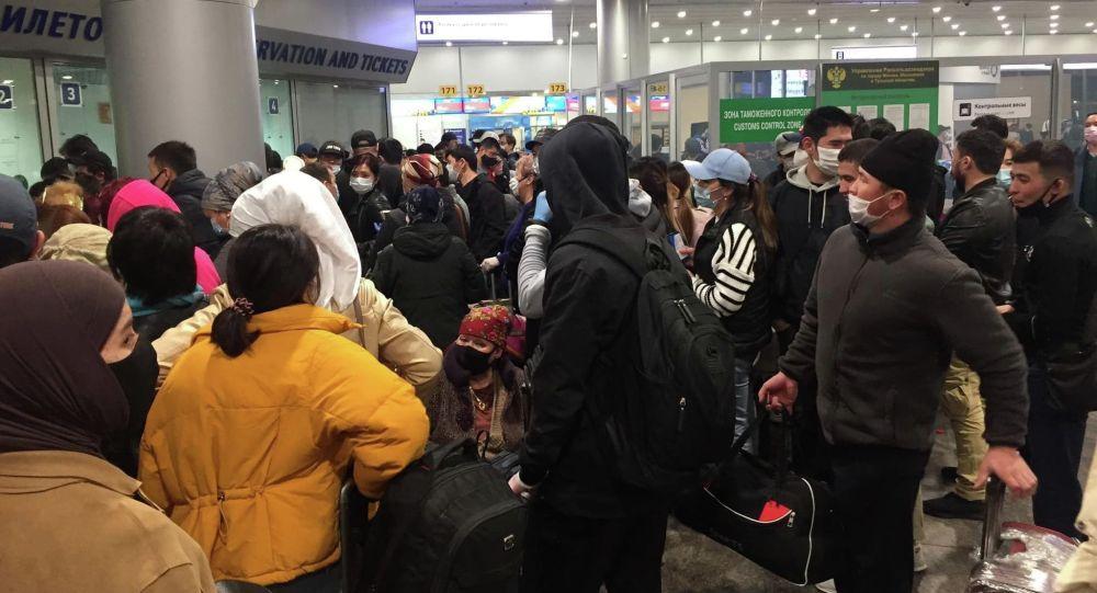 Нарушение порядка мигрантами в аэропорту стало причиной того, что из Москвы в Бишкек прилетели 379 кыргызстанцев вместо 402