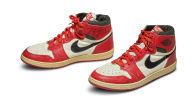 Пара 1985 года Nike Air Jordan 1s, которую носил баскетбольный игрок США Майкл Джордан. Архивное фото