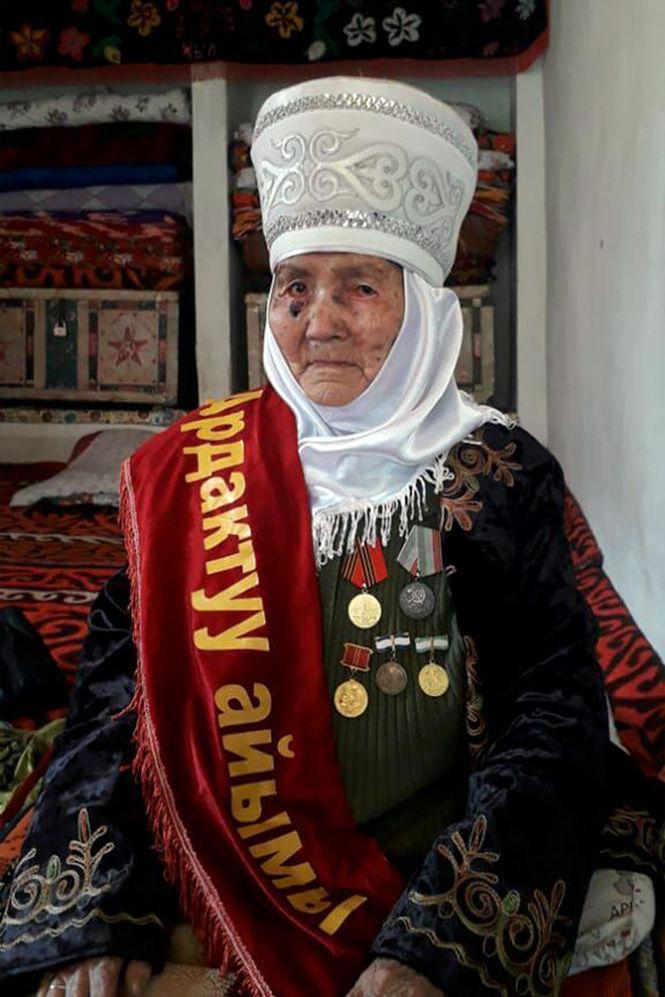 Поздравление с днем матери и вручение 150 тысяч сомов 106-летней Ажар Эгемовой, которая живет в селе Чон-Сай Ала-Букинского района
