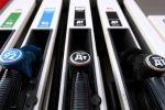 Топливные пистолеты на одной из автозаправочных станций. Архивное фото