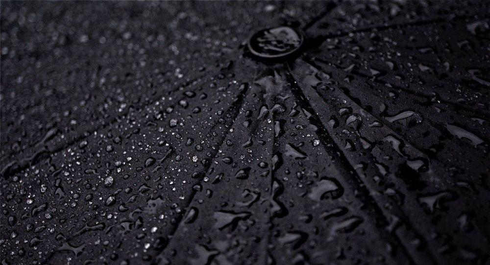 Капли воды после дождя на зонте. Иллюстративное фото