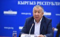 Первый вице-премьер-министр Кубатбек Боронов выступает на брифинге. Архивное фото
