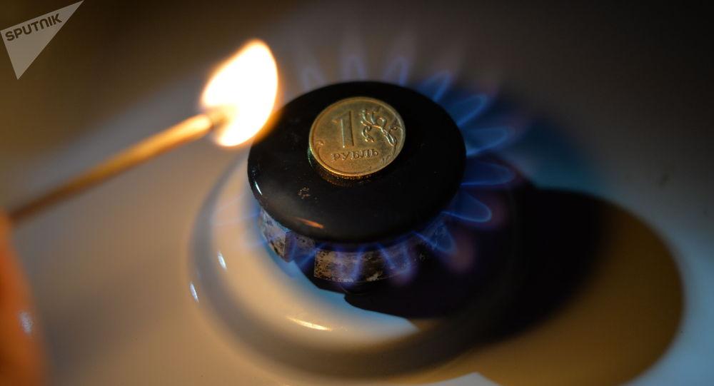 Монета номиналом один рубль на газовой конфорке. Архивное фото