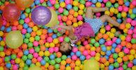 Девочка играет на детской площадке торгового центра. Архивное фото