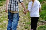 Мальчик и девочка идут держась за руки. Архивное фото
