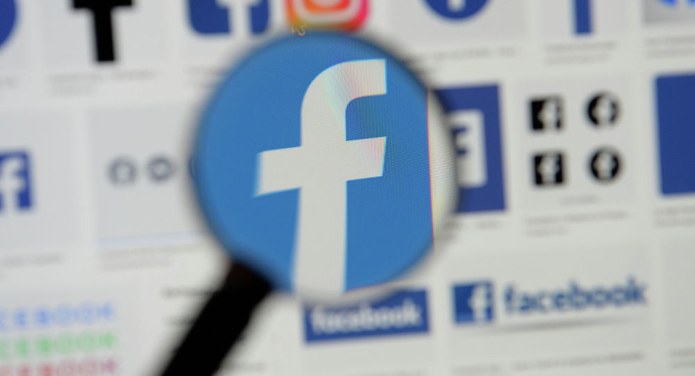 Логотипы Facebook видны на экране на этой иллюстрации. Архивное фото