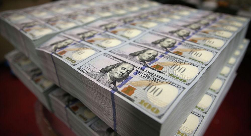 Жүз долларлык банкноталар пачкалар менен чогулуп жатат. Архив