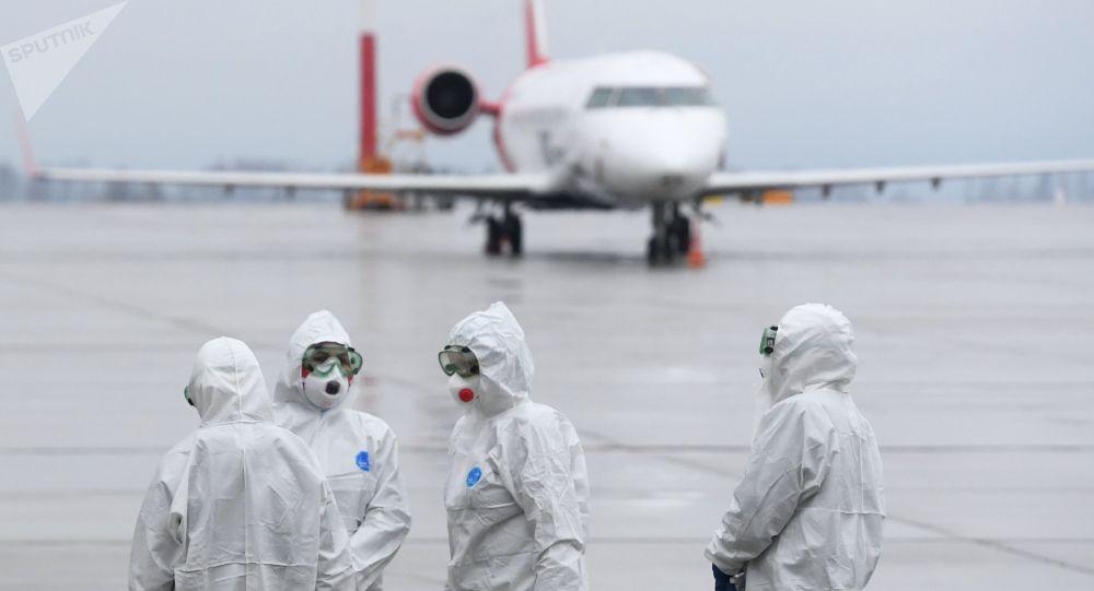 Аэропортто учакты күтүп аткан медиктер. Архивдик сүрөт