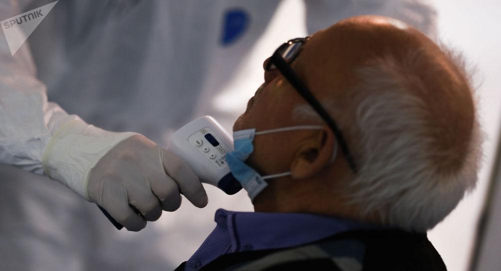 Врач осматривает пациента. Архивное фото