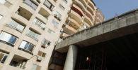 Вид части недавно построенного участка моста Тераат аль-Зомор, который построен прямо параллельно жилым зданиям в районе Аль-Омрания в Гизе, Каир, Египет 18 мая 2020 года.