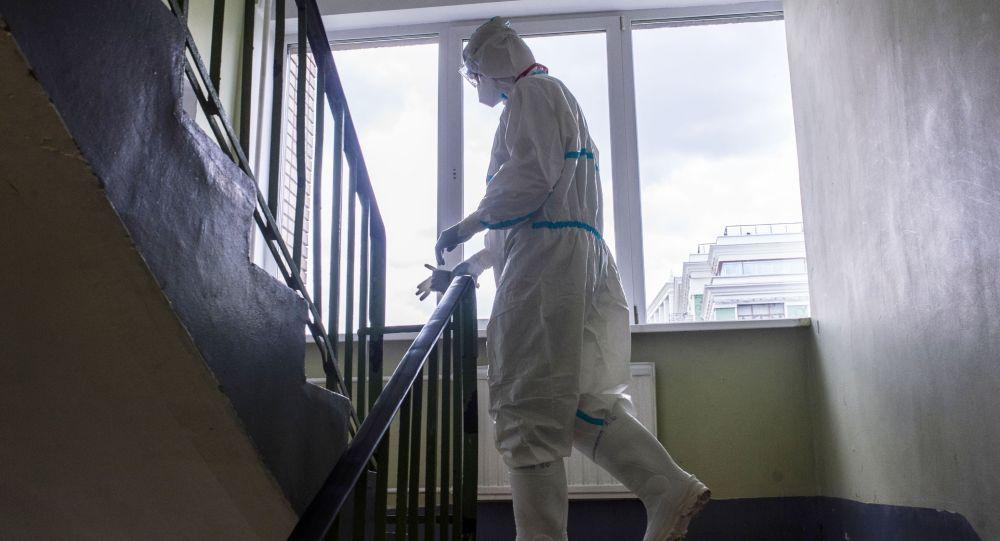 Врач поднимается по лестнице в больнице. Архивное фото