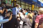 У ЦОНов Бишкека собралось большое количество людей. Как проходит первый день работы в центрах обслуживая населения, смотрите в прямой трансляции Sputnik.