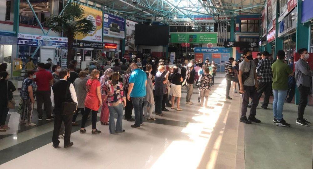 Большая очередь в одном из центров обслуживания населения в первый день работы в Бишкеке