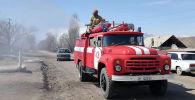 Сотрудники МЧС во время дезинфекции на пожарной машины. Архивное фото