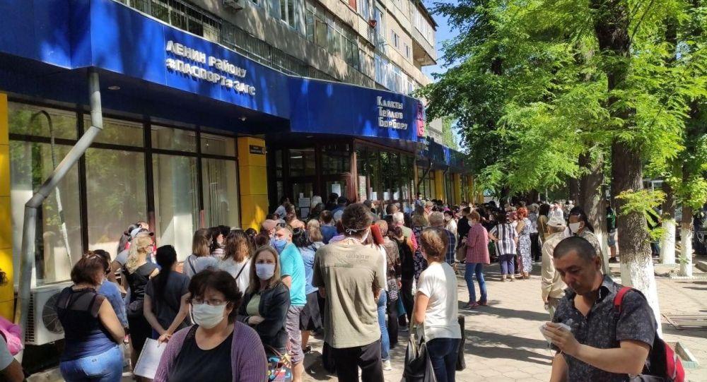 Большая очередь в одном из центров обслуживания населения в Бишкеке