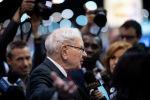 Уоррен Баффетт, генеральный директор Berkshire Hathaway, говорит с прессой на ежегодном собраним акционеров. Архивное фото
