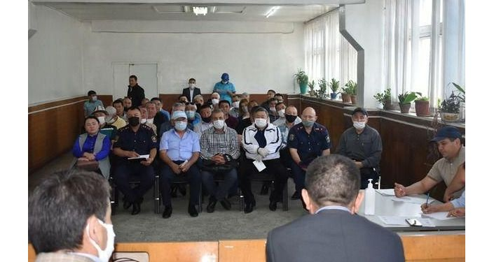 Сотрудники патрульной милиции во время встречи с руководителями транспортных фирм в Бишкеке