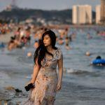 Девушка на пляже Bai Chay во Вьетнаме