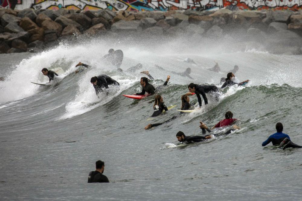 Серферы штурмуют волну в Испании