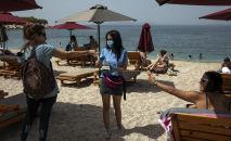 Грециянын пляжында эс алгандар. Архивдик сүрөт