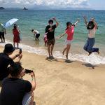 Отдыхающие фотографируются на пляже в Китае