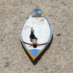 Палестинский юноша во время отдыха на пляже в Газе