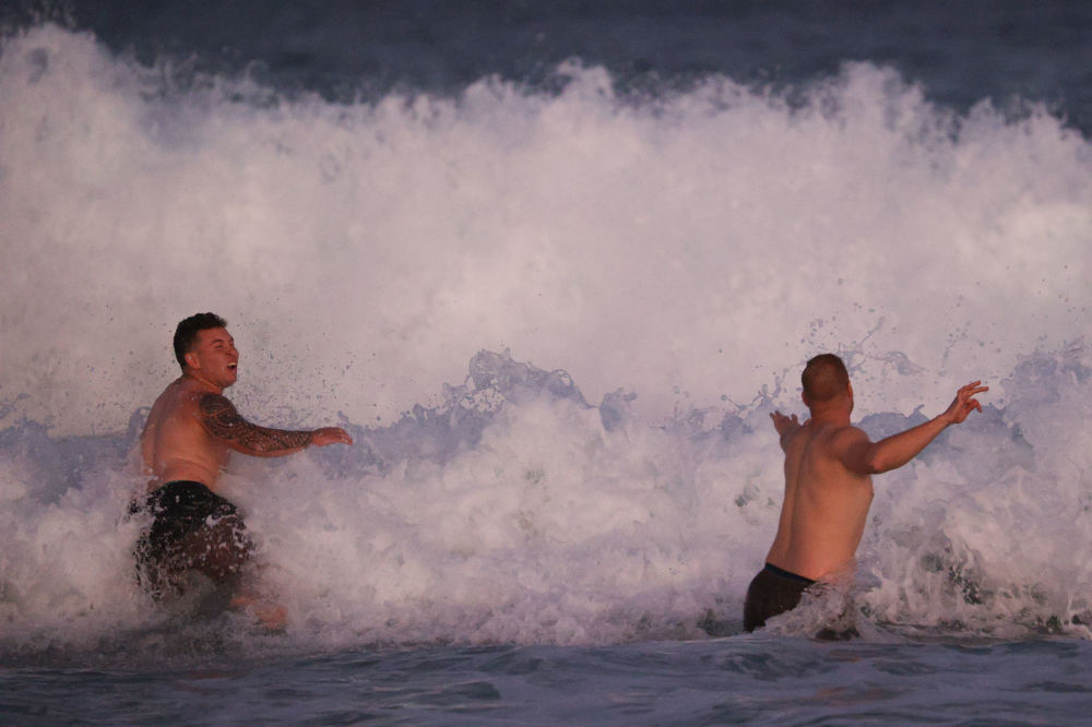 Отдыхающие в море в Сиднее