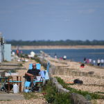 Мужчина во время отдыха на пляже в Южной Англии
