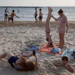 Люди во время отдыха на пляже в Тель-Авиве