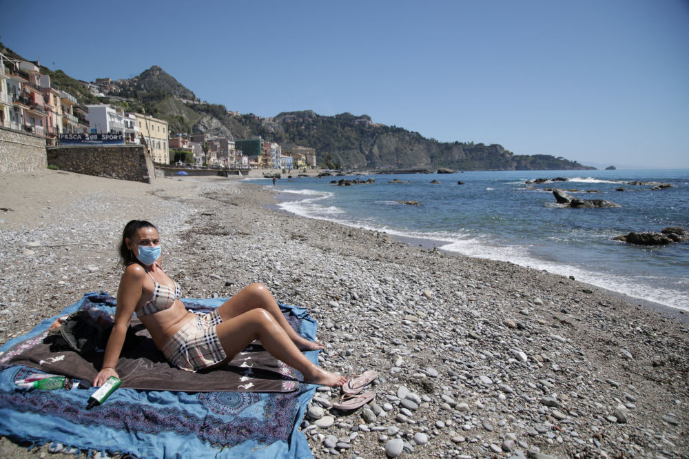 Девушка загорает в маске на пляже в Сицилии