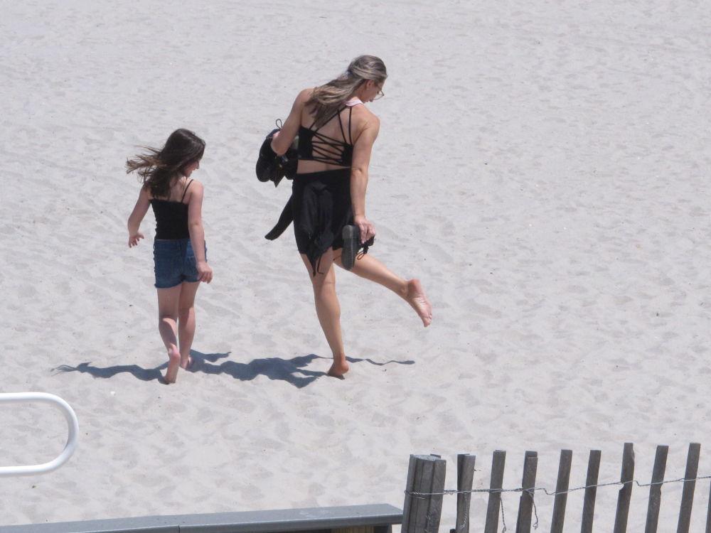 Девушка с ребенком на пляже в США