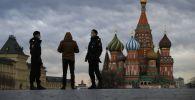Москва шаарына мигранттын документин текшерип жаткан полиция кызматкерелри. Архив