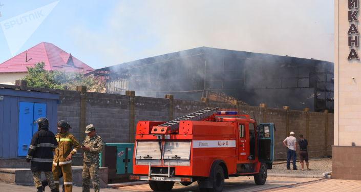 Сотрудники МЧС во время тушения пожара в кафе на пересечении улиц Садырбаева и Масалиева в Бишкеке