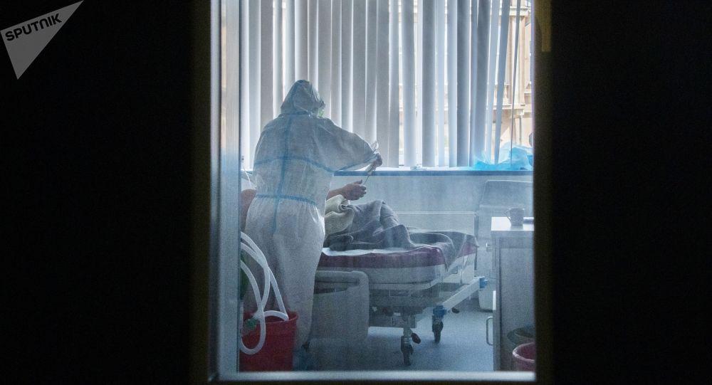 Врач осматривает пациента в больнице