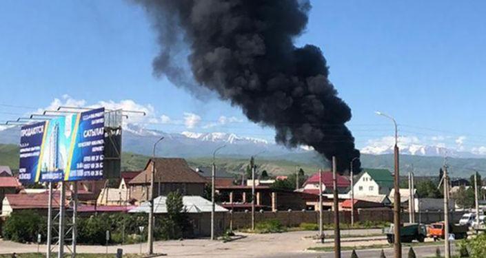 В Бишкеке горит частное кафе на перекрестке улиц Масалиева и Садырбаева.