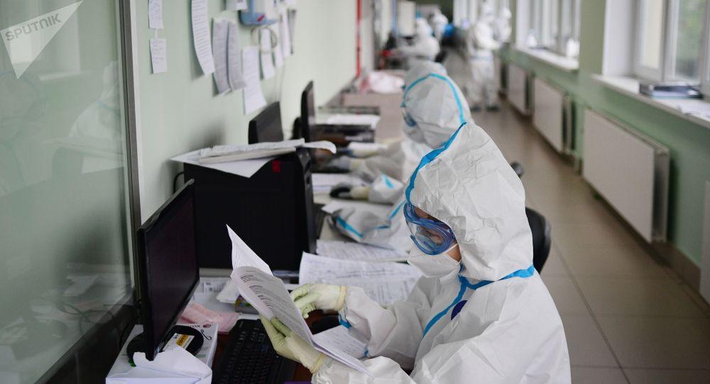 Медицинские работники заполняют документы пациентов