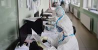 Документ толтуруп жаткан медицина кыматкерлери
