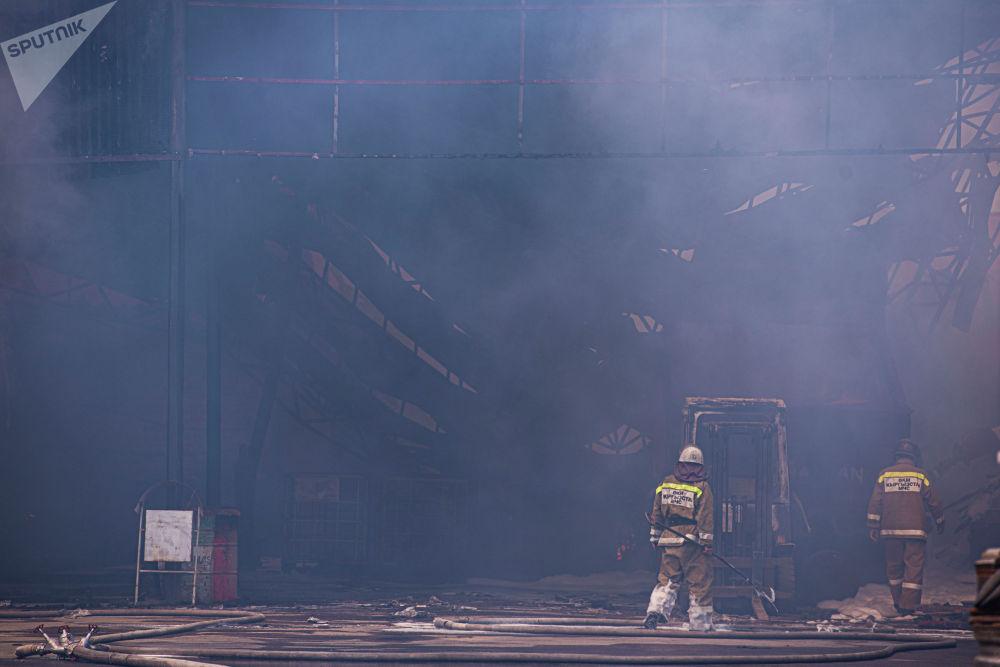Сотрудники МЧС во время тушения пожара на частном складе на пересечении улиц Садырбаева и Масалиева в Бишкеке