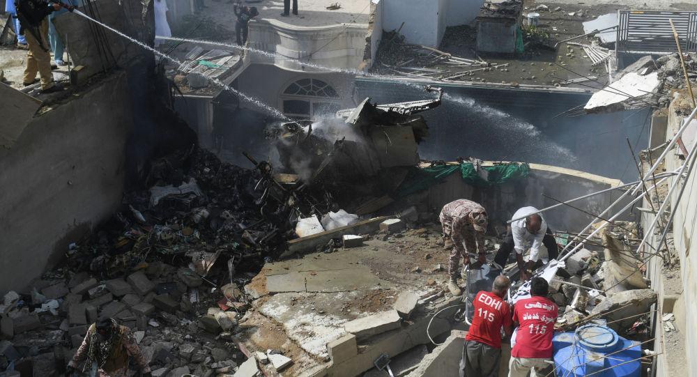 Пакистандын Карачи шаарында кулаган жүргүнчү ташып бара жаткан учак