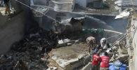 На месте крушения пассажирского самолета Пакистан Интернэшнл Эйрлайнз в жилом районе в Карачи. 22 мая 2020 года