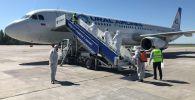Чартерным рейсом из Екатеринбурга на родину прибыли 22 кыргызстанца, нуждающихся в срочном возвращении в связи с тяжелыми заболеваниями, перенесенными сложными операциями и поздним сроком беременности