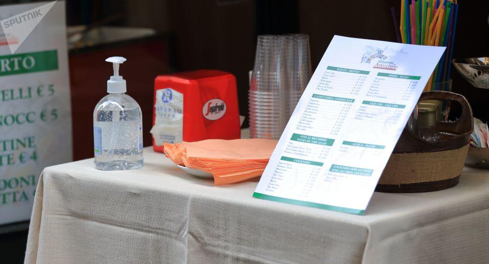 Столик в кафе в Бергамо, Италия во время пандемии коронавируса. Архивное фото