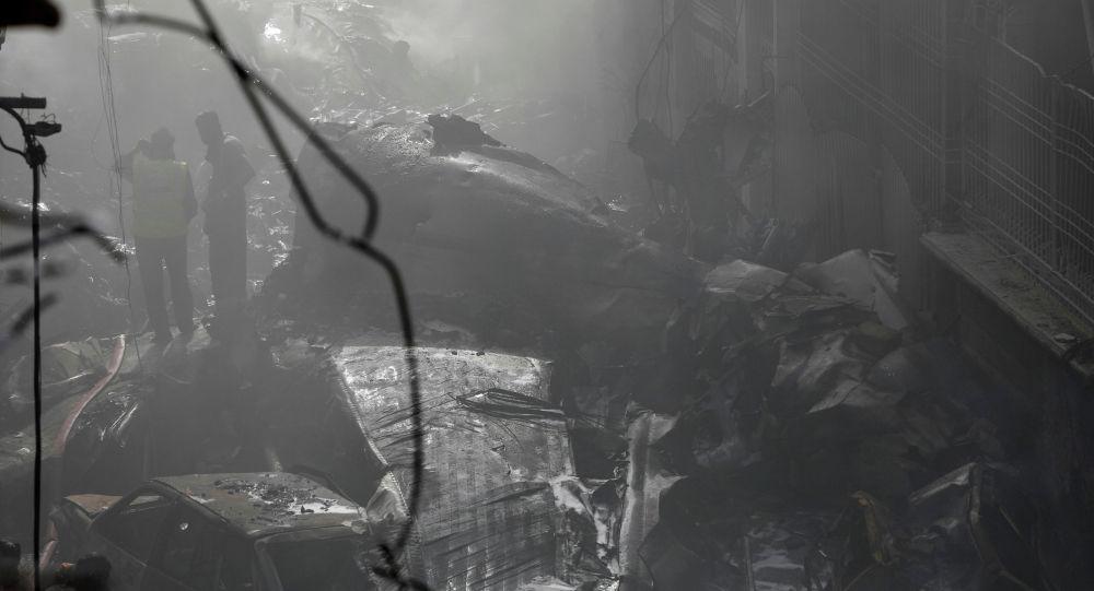 Спасатели на месте крушения пассажирского самолета в жилом районе недалеко от аэропорта в Карачи, Пакистан, 22 мая 2020 года.