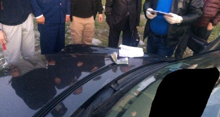 При получении взятки в 150 тысяч сомов задержан старший помощник прокурора Джети-Огузского района К.А